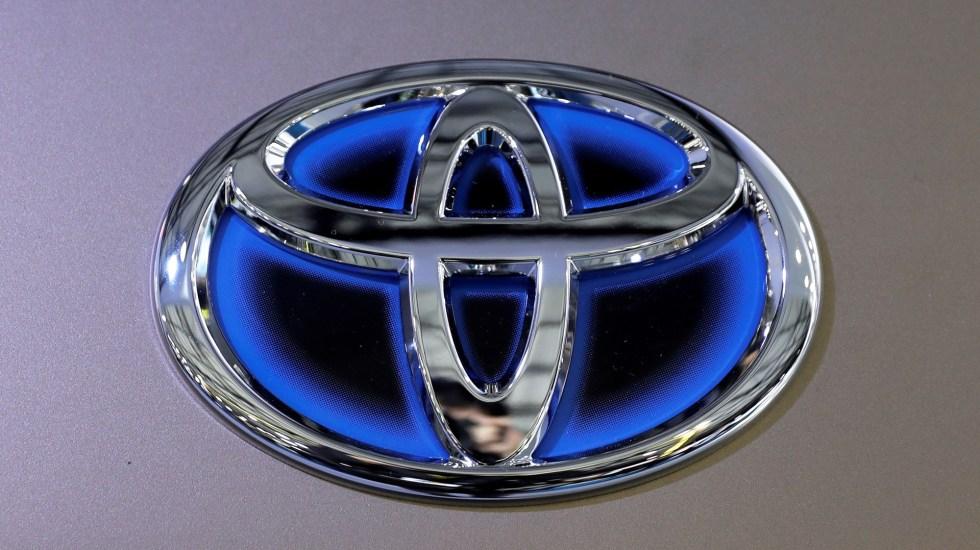 Toyota llama a revisión autos Camry modelo 2020 por fallas - Logo de Toyota. Foto de EFE
