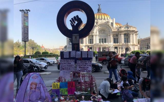 """Mujeres colocan memorial frente a Bellas Artes para exigir justicia por Fátima - El memorial que contiene una fotografía de Fátima, juguetes, ropa infantil, carteles, globos y veladoras, fue colocado en el monumento """"Ni una más"""""""