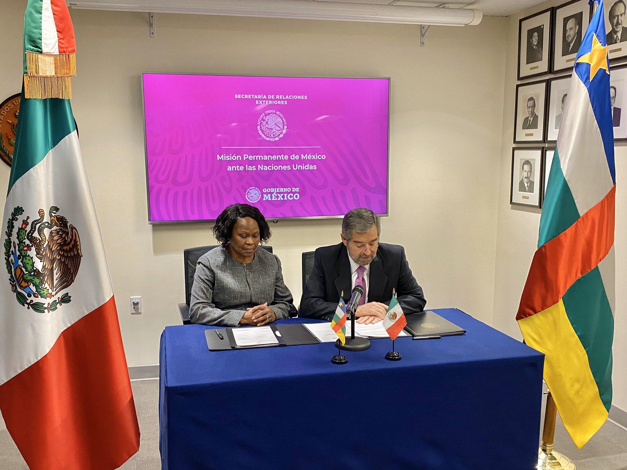 Los Embs. Ambroisine Kpongo y Juan Ramón de la Fuente en la firma del establecimiento de relaciones diplomáticas. Foto de @Sandomendi