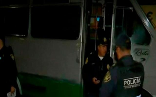 Disparan contra conductor de microbús y su acompañante en la CDMX - Microbús atacado a disparos. Foto de La Razón de México / Especial