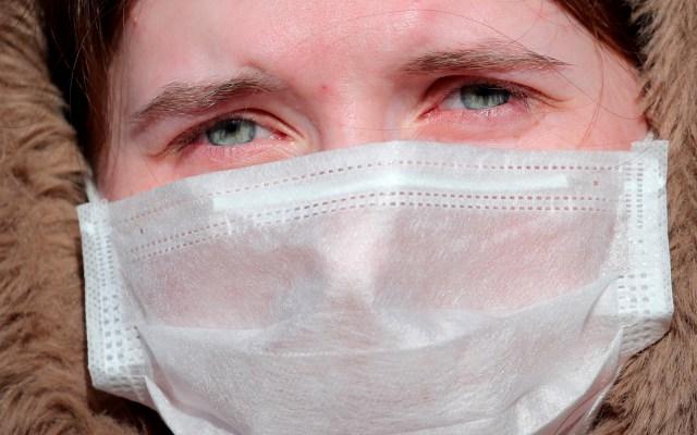 Detectan en EE.UU. segundo caso de COVID-19 de origen desconocido - Mujer con cubrebocas para evitar contagio de coronavirus. Foto de EFE