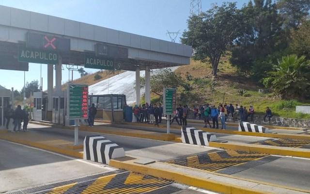 Normalistas toman caseta en la Autopista del Sol por aumento en peaje - Foto de @GN_Carreteras