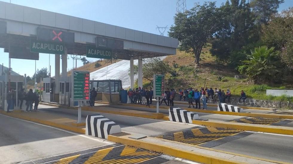 Normalistas toman caseta en la Autopista del Sol por aumento en peaje - Normalistas toman casetas en la Autopista del Sol por aumento en peaje