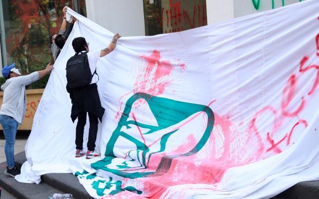 Pacientes con VIH vandalizan oficinas del IMSS en protesta por desabasto de medicinas - Pacientes con VIH se manifestaron en las oficinas del IMSS en la Ciudad de México por desabasto de medicamentos. Exigieron ser atendidos por el director Zoé Robledo. Hicieron pintas a la entrada del inmueble y quemaron una bandera con el logo del IMSS. Foto de EFE