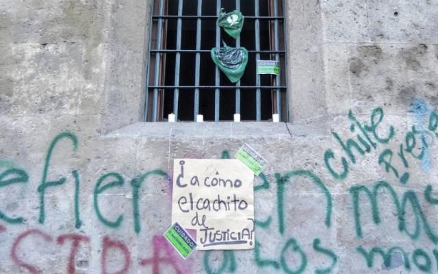 Enfrentamos a un régimen que desaparecía y nunca rompimos un vidrio: AMLO a colectivos feministas - Foto de @abismada_