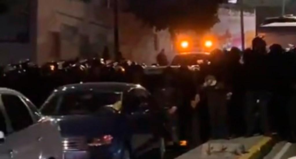 Granaderos se enfrentan a manifestantes en Circuito Interior por falta de agua - Policías en Circuito Interior por bloqueo de vecinos. Captura de pantalla