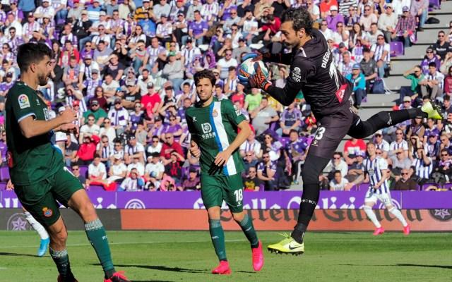 Real Valladolid vence 2-0 al RCD Espanyol - El portero del RCD Espanyol, Diego López, atrapa el balón durante el partido correspondiente a la jornada 25 de LaLiga Santander que disputaron ante el Real Valladolid. El encuentro terminó 2-0 a favor del Valladolid. Foto de EFE