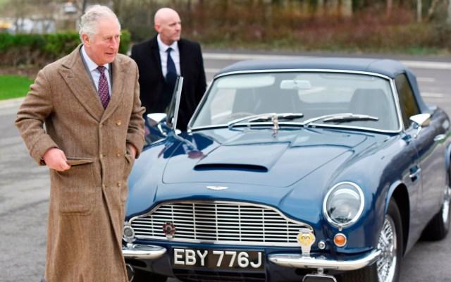 Príncipe Carlos visita la nueva fábrica de Aston Martin en Gran Bretaña - Príncipe Carlos visita la nueva fábrica de Aston Martin en Gran Bretaña