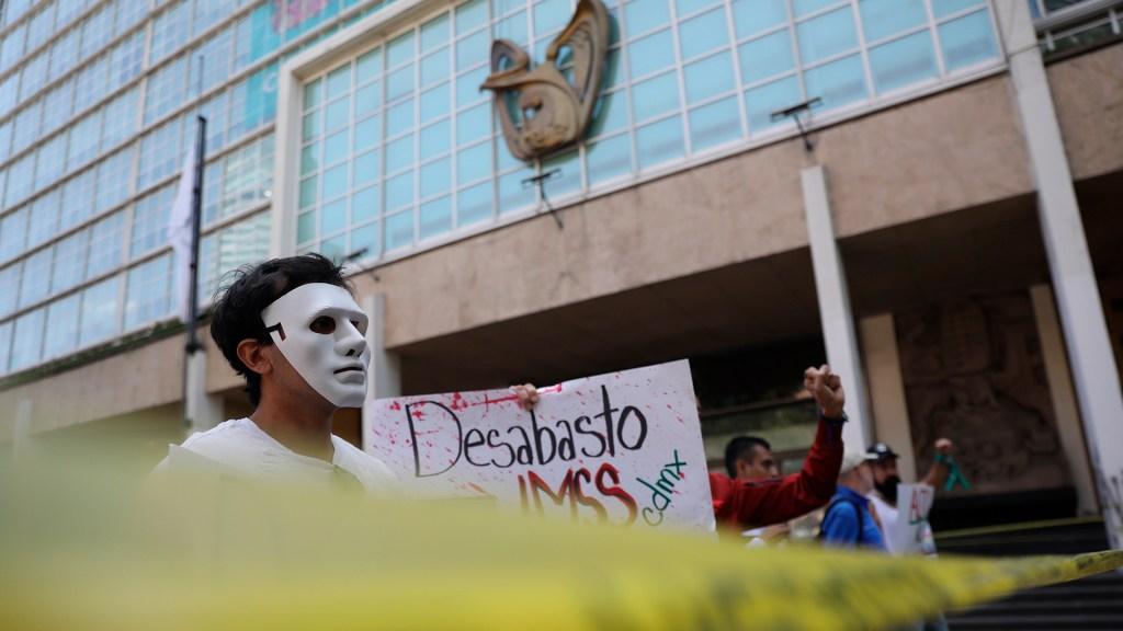 """IMSS asegura que abasto de medicamentos para VIH """"se está restableciendo"""" - Protesta contra desabasto de medicamentos para el VIH en oficinas centrales del IMSS. Foto de EFE"""