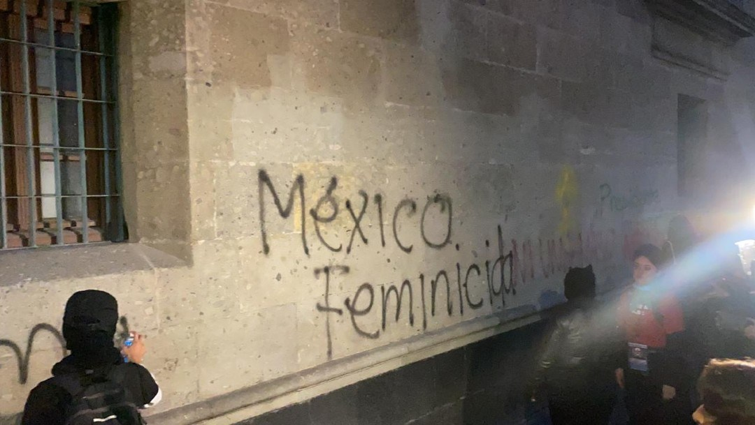La protesta de colectivos feministas en Palacio Nacional. Foto de Noticieros Televisa.