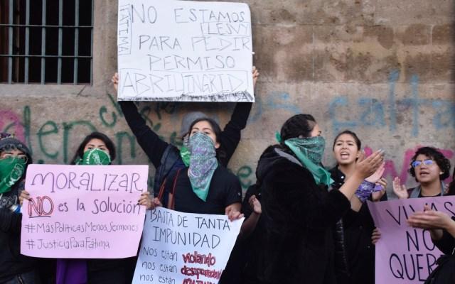 Convocan colectivos feministas a marchar por todo México el 8 de marzo - Integrantes diversos grupos feministas en la entrada de Palacio Nacional, para exigir respuesta ante los recientes casos de violencia a las mujeres. Ciudad de México. Foto de Notimex-Olivia Aviña.