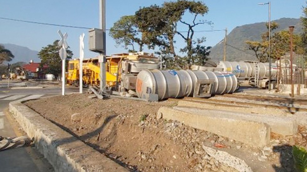 Tren choca contra pipa con sosa cáustica en Orizaba; evacuan dos escuelas - Tren arrolla pipa con sosa cáustica en Orizaba; evacuan dos escuelas