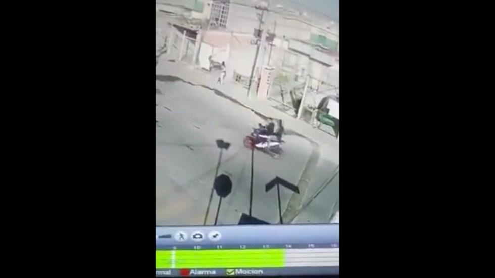 #Video Mujer se enfrenta a delincuentes armados para impedir que raptaran a su hijo - Mujer se enfrenta a delincuentes armados para impedir que raptaran a su hijo. Captura de pantalla.
