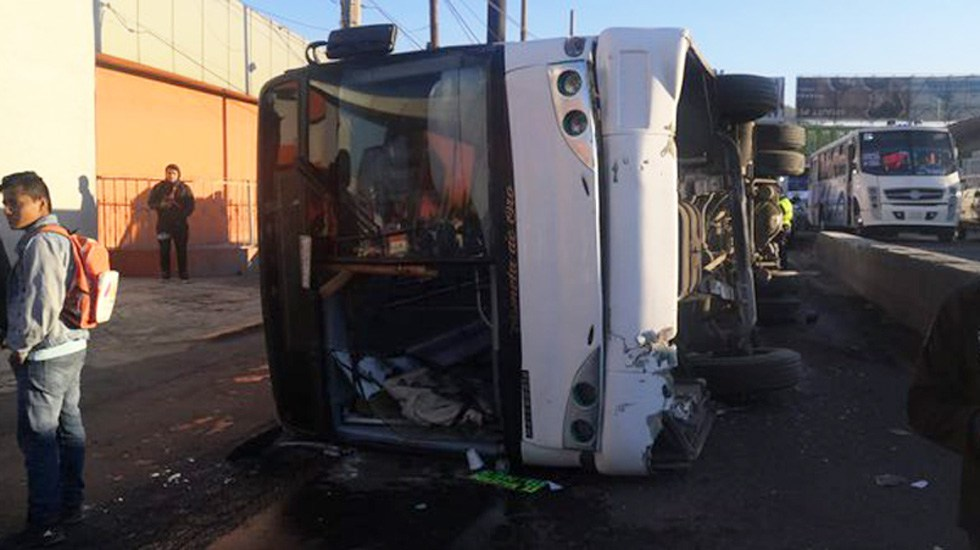 #Video Volcadura de autobús sobre la México-Pachuca deja 15 heridos - Volcadura de autobús sobre la México-Pachuca. Foto de @AlfaDiarioMx