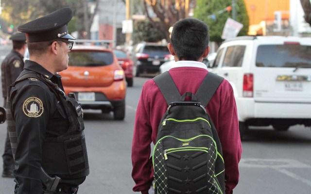 Regreso a clases, el 10 de agosto, siempre y cuando esté el semáforo en verde - Alumno a la salida del colegio. Foto de Notimex