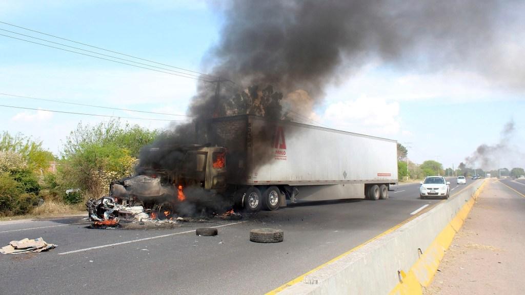 Comisionada de Seguridad asegura que está cerca de detener a 'El Marro' - Bloqueos de grupos armados este martes en carreteras de Celaya, Guanajuato. Foto de EFE