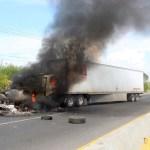 México, campo de batalla del crimen con al menos 10 cárteles en guerra - Bloqueos de grupos armados este martes en carreteras de Celaya, Guanajuato. Foto de EFE