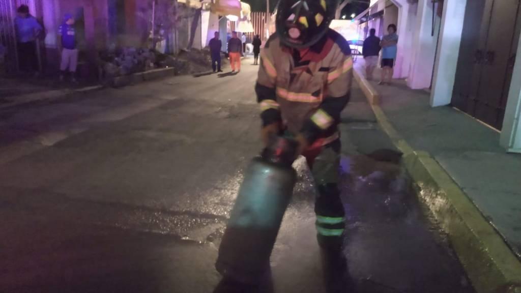 Explosión por acumulación de gas deja ocho lesionados en Tláhuac - Foto de @Bomberos_CDMX