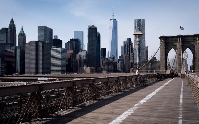Gobernadores demócratas ignoran a Trump ante posible reapertura de EE.UU. por COVID-19 - El emblemático Brooklyn Bridge de Nueva York luce vacío tras el impacto del Coronavirus Covid-19. Foto de EFE/EPA/Alba Vigaray.