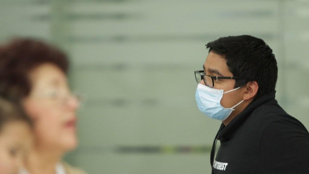 """Industriales piden al gobierno """"actuar decididamente"""" de cara al COVID-19 - Personas en AICM usan cubre bocas como medida de prevención ante los brotes del coronavirusCOVID-19. Foto de Notimex-Marco González."""