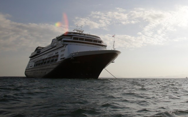 Autorizan tránsito del crucero con enfermos de COVID-19 por el Canal de Panamá - Vista del crucero Zandaam, este viernes en el litoral Pacífico de Panamá