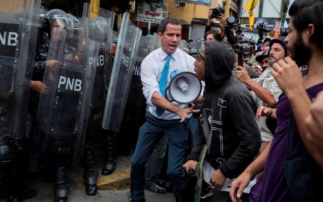 Guaidó se une a simpatizantes y choca contra muro de policías en Venezuela - El líder opositor venezolano volvió a presidir una sesión del Parlamento fuera de la sede del Legislativo, tras no poder superar un muro policial en el este de Caracas