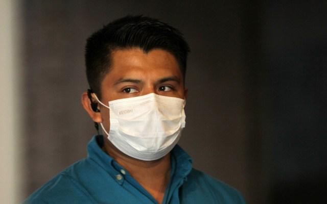 Querétaro suma seis casos de coronavirus - Hombre con cubrebocas para prevenir el coronavirus. Foto de Notimex