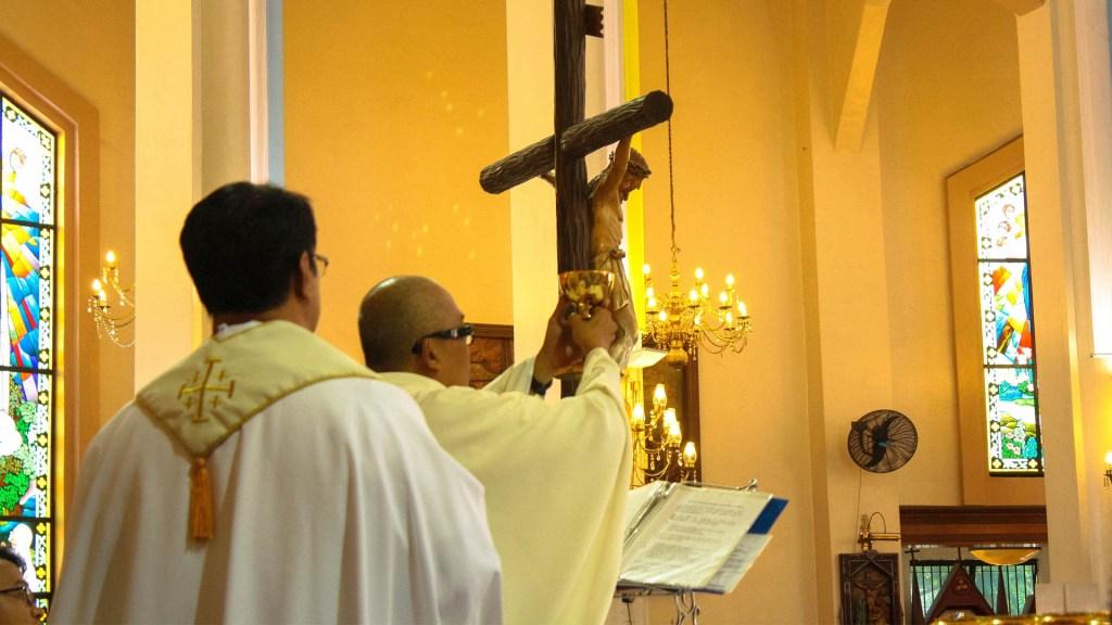 Gobernación pide a iglesias promover el resguardo domiciliario - Iglesia sacerdote padre católica