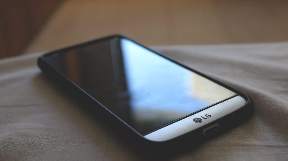 ¿Cómo mantener limpios nuestros celulares en esta época de pandemia? - Photo by Ilan Dov on Unsplash