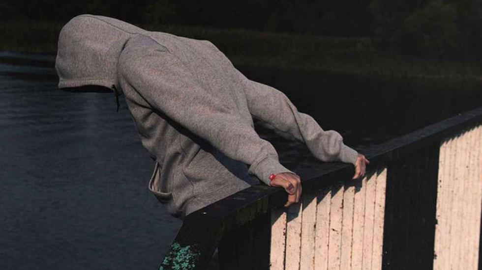 Rescatan a joven que quería suicidarse desde puente en Santa Fe - Los uniformados aprovecharon una distracción del hombre para abrazarlo y ponerlo en un lugar seguro y con ello salvaguardar su integridad física