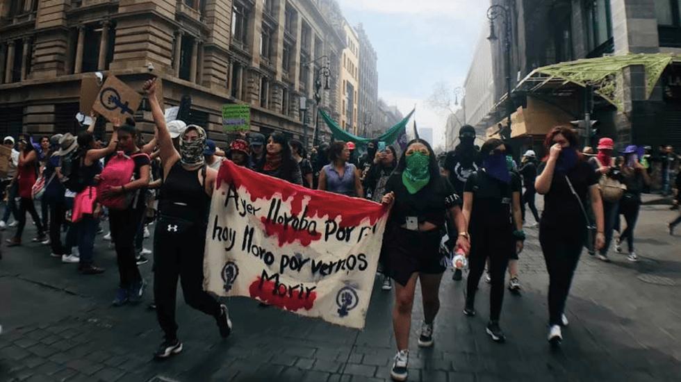 Mujeres toman la Ciudad de México para exigir fin a la violencia machista - Mujeres caminando por calles del Centro Histórico, en la protesta por el 8M. Foto de Tania Villanueva/López-Dóriga Digital