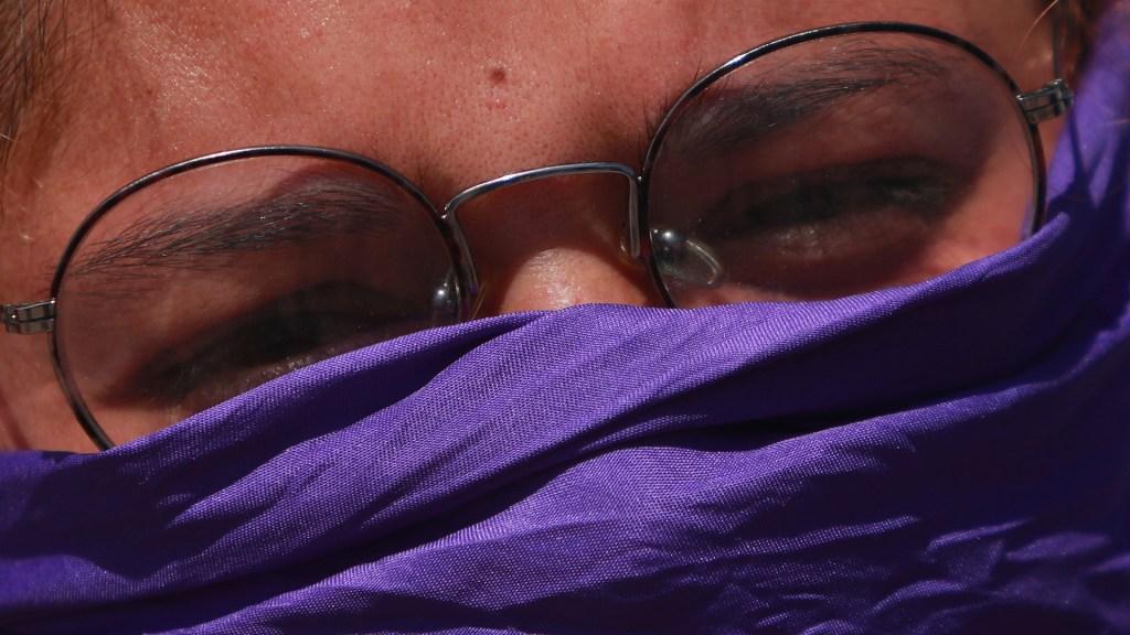 Beatriz Gutiérrez Müller pide hacer conciencia con o sin paro - Mujer con pañoleta morada cubriéndole el rostro en señal de protesta contra los feminicidios. Foto de Notimex