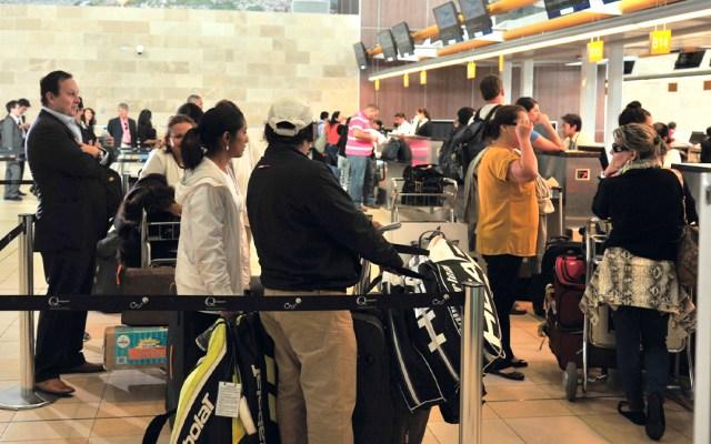 Ecuador intensifica control a pasajeros provenientes de México por COVID-19 - Pasajeros en terminal aérea de Ecuador. Foto de @DGAC_Ecuador