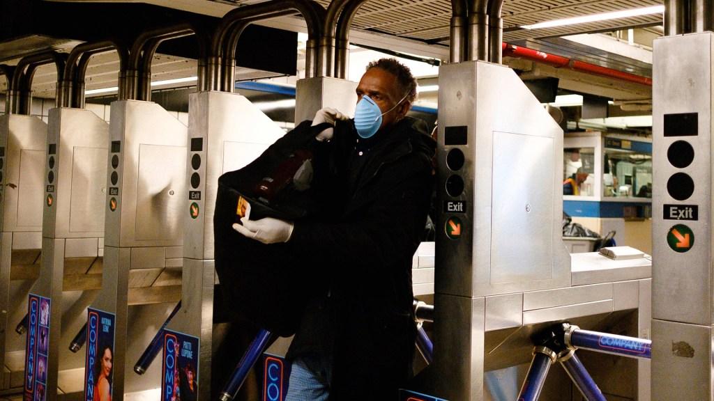 Se eleva a 89 número de casos de COVID-19 en Nueva York - Hombre usa cubrebocas y guantes en Metro de Nueva York para evitar contagio de COVID-19. Foto de EFE
