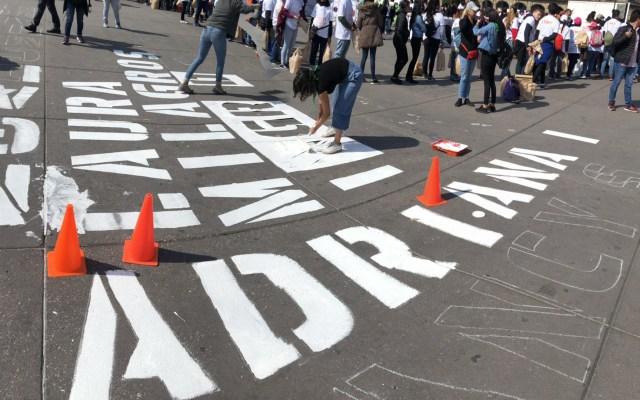 Pintan en Zócalo capitalino nombres de víctimas de feminicidio - Pintan nombres de víctimas de feminicidio en Zócalo de la CDMX. Foto de @eldiadespuesmx