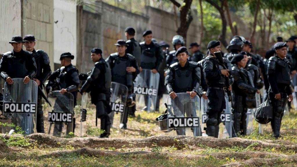 Suman 404 delitos contra la libertad de prensa en Nicaragua - Policía Antidisturbios de Nicaragua. Foto de EFE