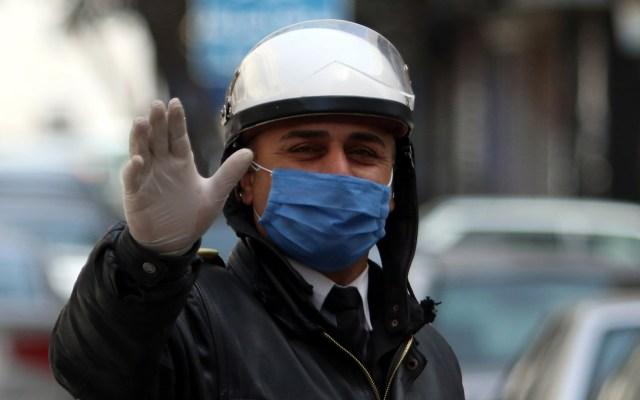 OMS eleva nivel de alerta por COVID-19 en el noroeste de Siria - Policía de Damasco, Siria, utiliza un cubrebocas para prevenir el COVID-19. Foto de EFE