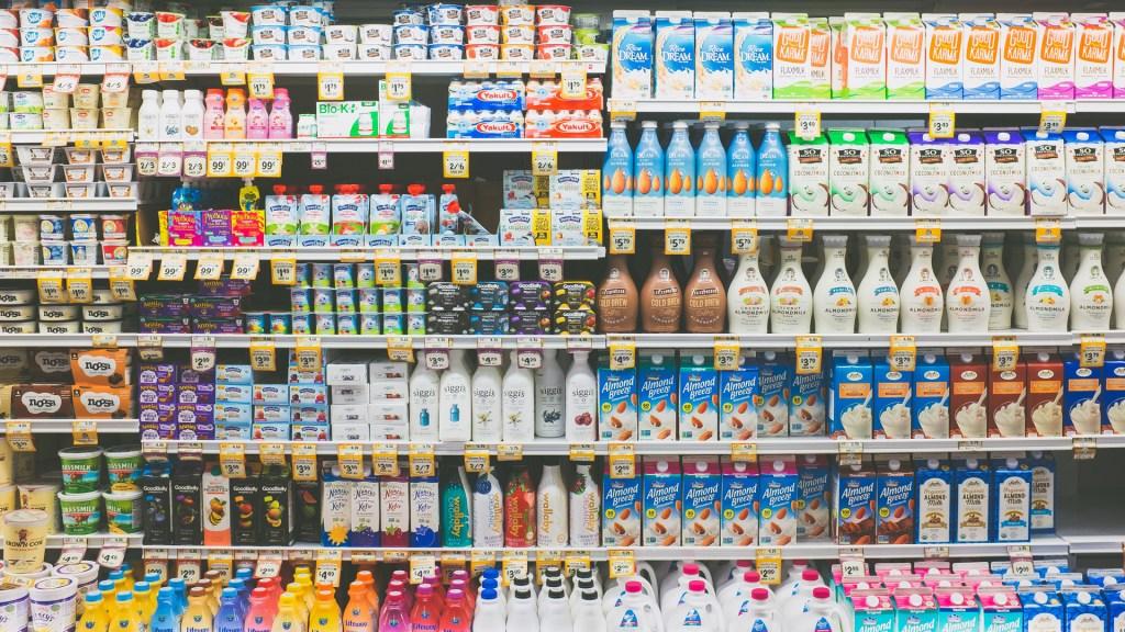 Detienen proceso de publicación de la NOM de etiquetado frontal - Productos lácteos en supermercado. Foto de NeONBRAND / Unsplash