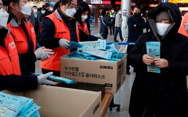 Corea del Sur se acerca a los 5 mil infectados de coronavirus - Reparto de insumos para evitar contagios de nuevo coronavirus. Foto de EFE