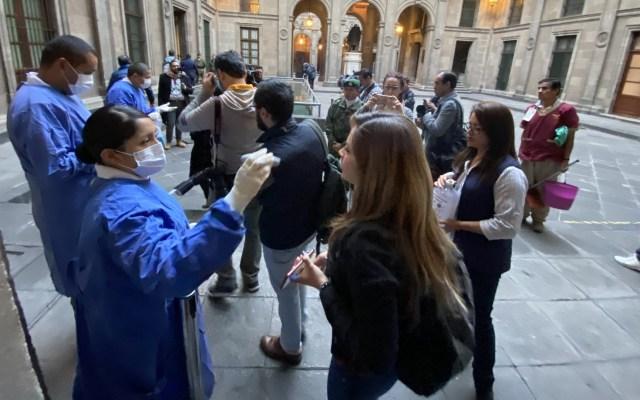 Médicos revisan a reporteros de la 'mañanera' en Palacio Nacional - reporteros palacio nacional covid-19 coronavirus
