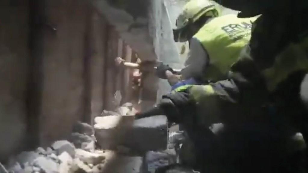#Video Rescatan a bebé atorada entre dos paredes en Iztacalco - Captura de pantalla