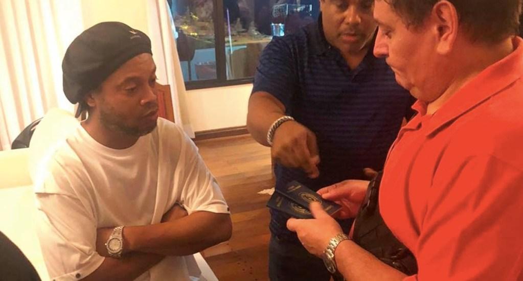 """Arrestan a Ronaldinho en Paraguay por presuntamente presentar pasaporte """"adulterado"""" - Ronaldinho Gaúcho detenido Paraguay"""