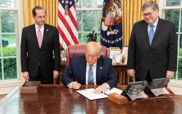 Trump firma orden para evitar alza de precios y acaparamiento de productos - Foto de @PressSec