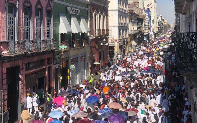 Universitarios exigen seguridad y justicia en Puebla - Universitarios marchando en Puebla. Foto de @MariLoliPellon