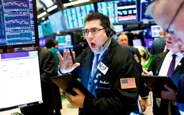 Wall Street vuelve a cerrar con pérdidas por COVID-19 - Reacciones al interior de Wall Street. Foto de EFE