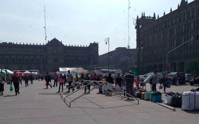 Pese a contingencia por COVID-19, habitantes de la GAM protestan en el Zócalo - En el Zócalo de la CDMX, alrededor de 50 personas, con banderas y cartulinas en mano, pidieron a las autoridadescapitalinas solucionarla disputa de un terreno