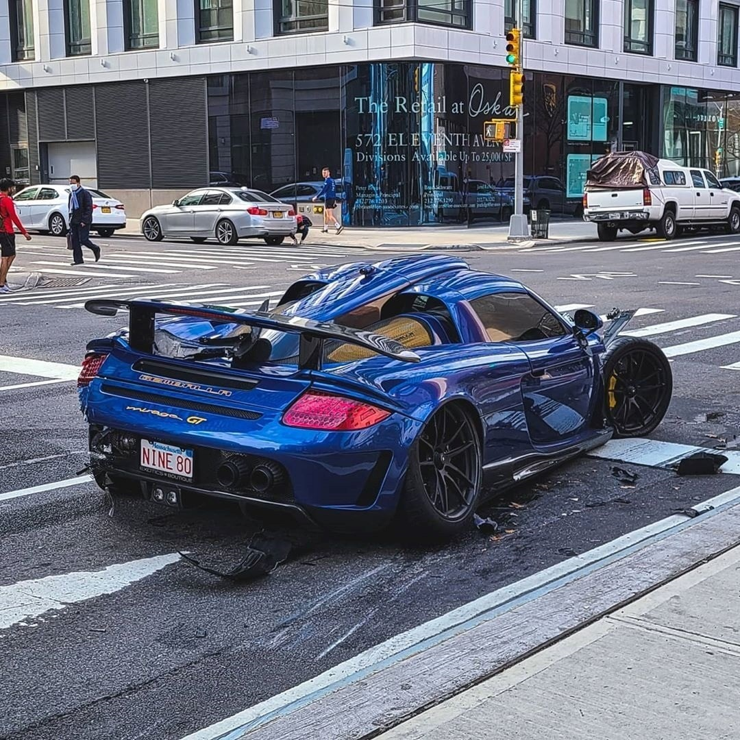 Un hombre chocó costoso automóvil deportivo tras recorrer una de las grandes avenidas de Manhattan a toda velocidad aprovechando el escaso tráfico por COVID-19