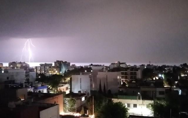 Llueve en la Ciudad de México; activan Alerta Amarilla - Actividad eléctrica en la zona norte de la Ciudad de México. Foto de @RafaMorenoArq
