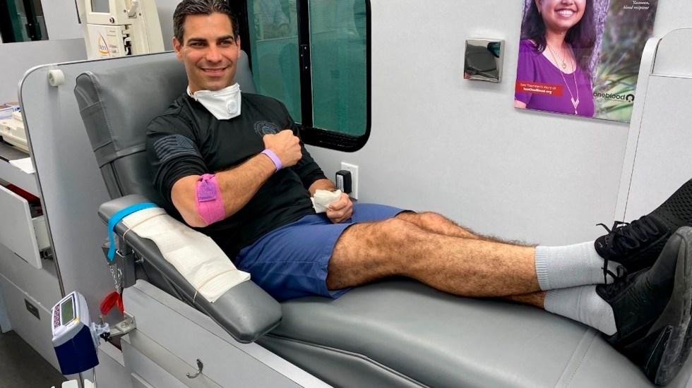 Alcalde de Miami dona plasma a paciente grave tras curarse de COVID-19 - Foto de EFE
