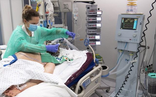 Conacyt desarrolla respirador para pacientes graves de COVID-19 - Médicos tratan a un paciente con COVID-19 en la unidad de cuidados intensivos del Hospital Universitario (CHUV) de Suiza. Foto de EFE